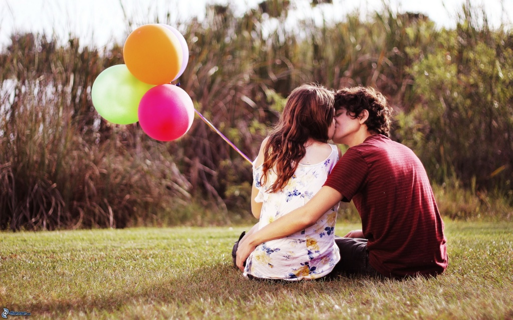 couple-sur-lherbe-baiser-ballons-162231